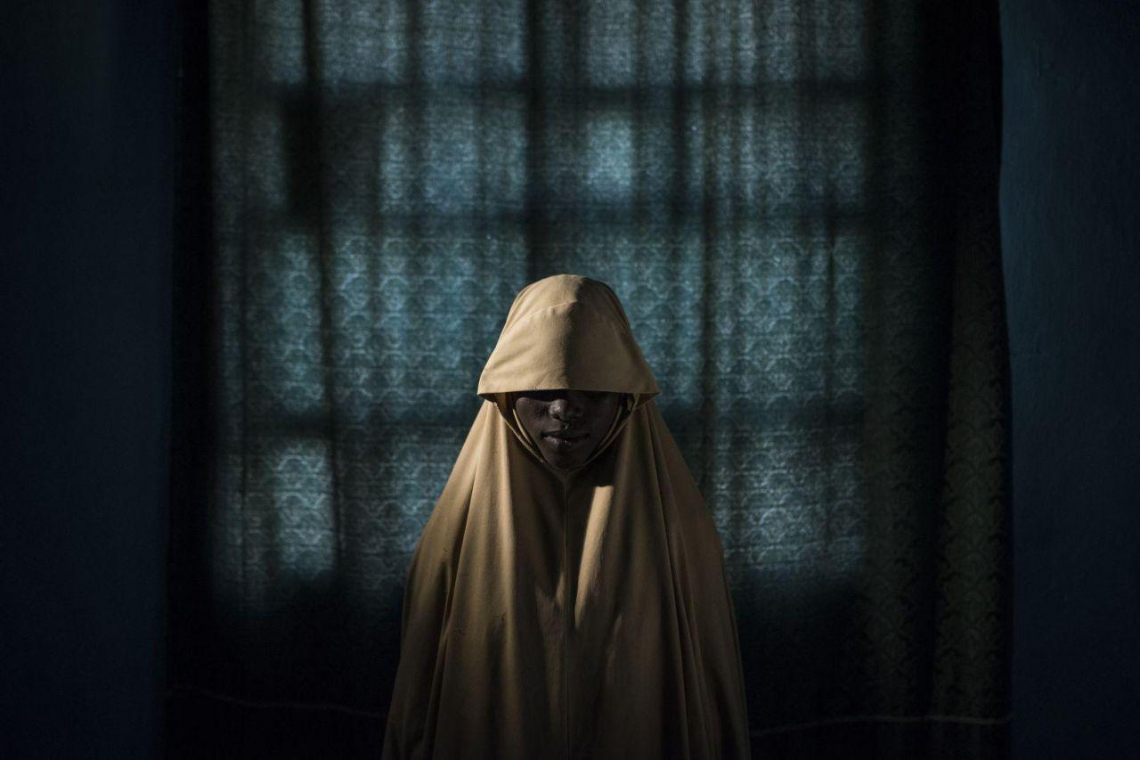 Aisha (14) posa para un retrato en Maiduguri, estado de Borno, Nigeria. Después de ser secuestrada por Boko Haram, a Aisha se le asignó una misión de bombardeo suicida, pero logró escapar y encontrar ayuda en lugar de hacerse explotar.