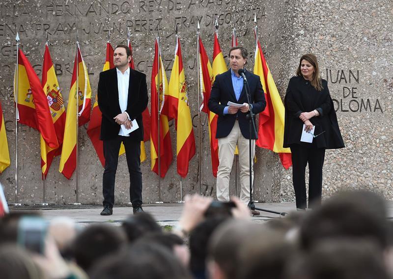 Los periodistas Carlos Cuesta (c), María Claver (d) y Albert Castillón (i) han leído un manifiesto durante la concentración convocada por PP y Ciudadanos.