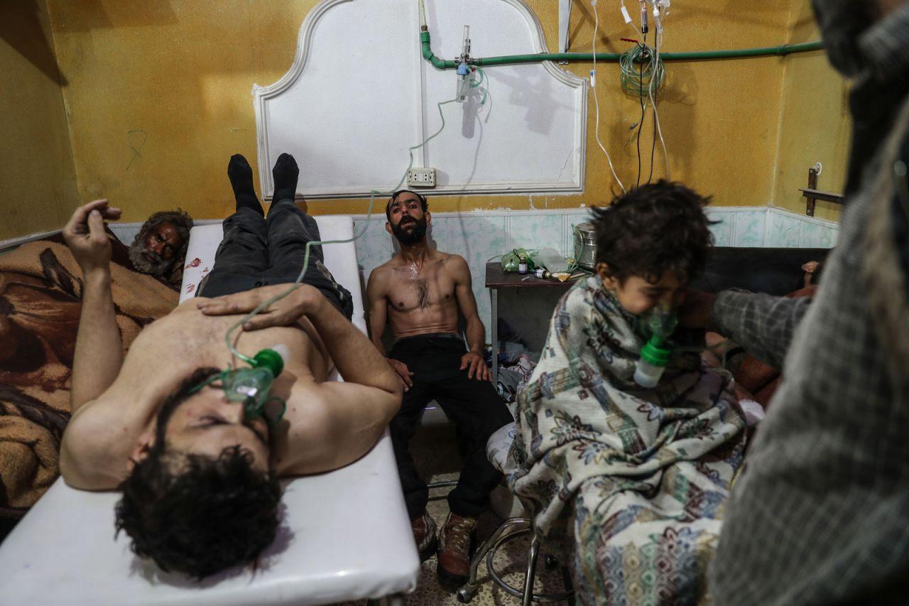 Un hombre y un niño reciben tratamiento después del presunto ataque con gas en al-Shifunieh, el 25 de febrero de 2018.