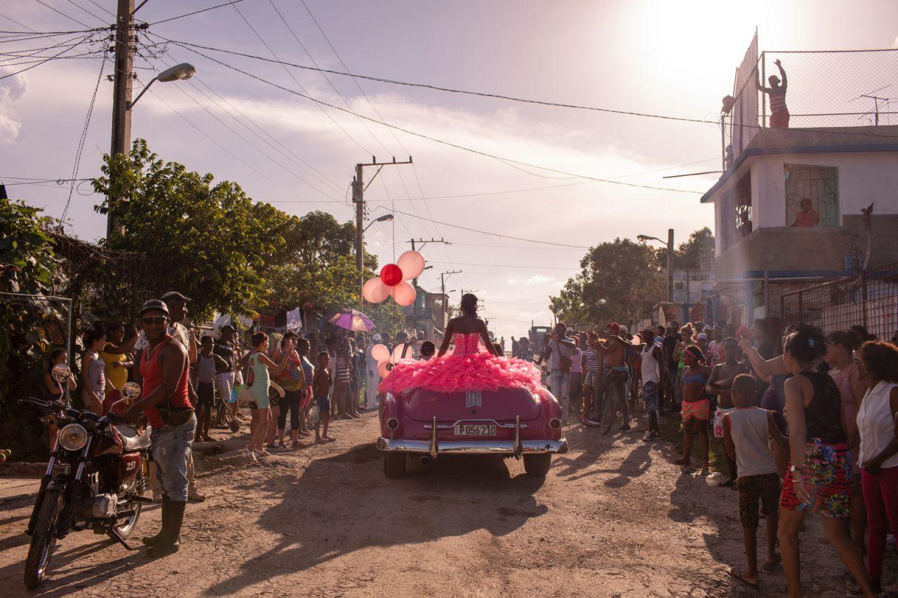 Pura recorre su vecindario en un convertible rosado de la década de 1950, mientras la comunidad se reúne para celebrar su decimoquinto cumpleaños en La Habana, Cuba.