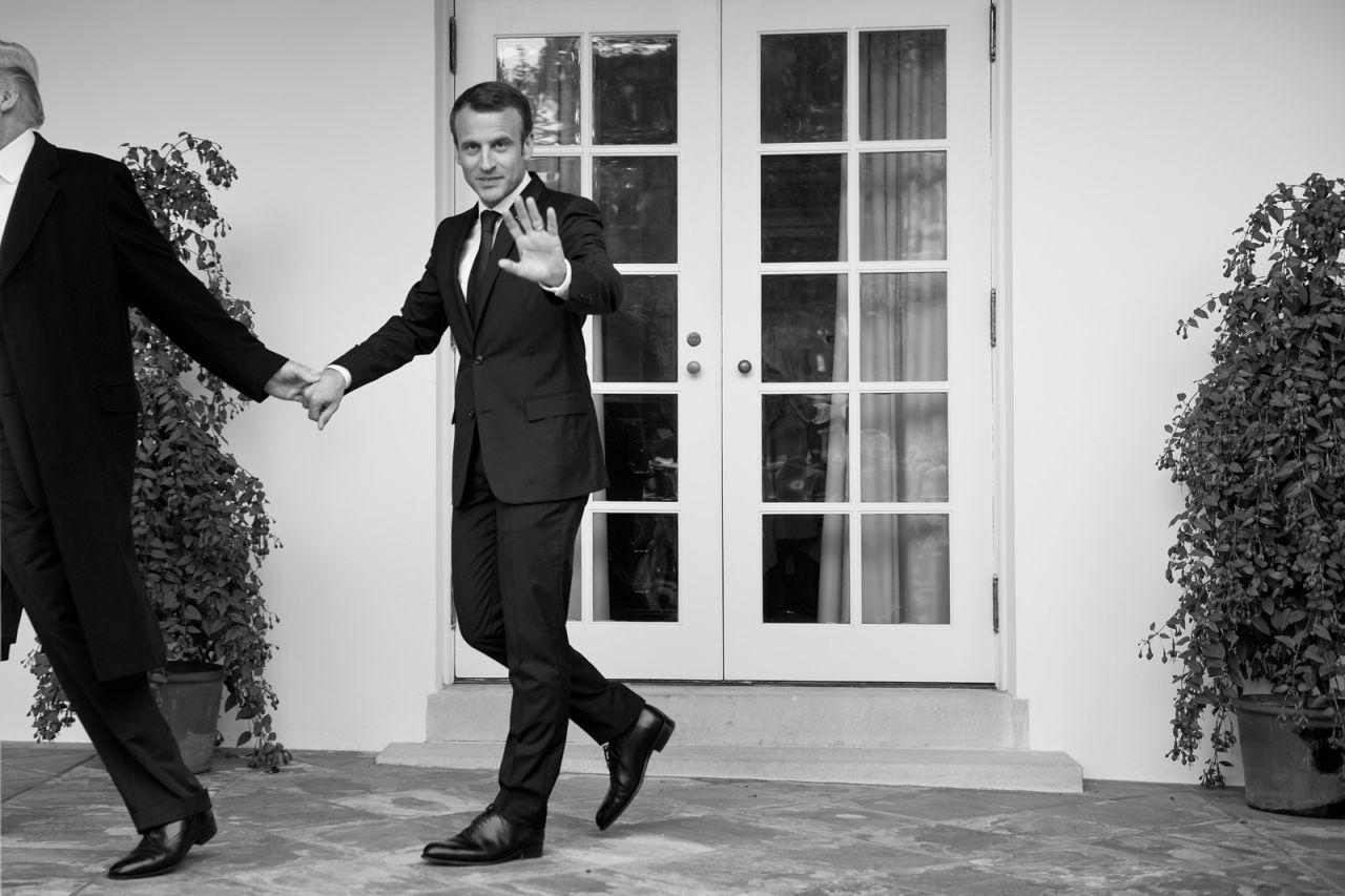 El presidente de los Estados Unidos, Donald Trump, lleva de la mano al presidente de Francia, Emmanuel Macron, mientras caminaba hacia la Oficina Oval de la Casa Blanca, en Washington DC, el 24 de abril de 2018.