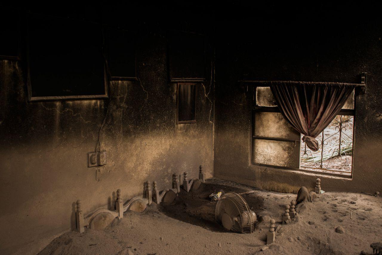La sala de estar de una casa abandonada en San Miguel Los Lotes, Guatemala, se encuentra cubierta de ceniza después de la erupción del Volcán de Fuego el 3 de junio de 2018.