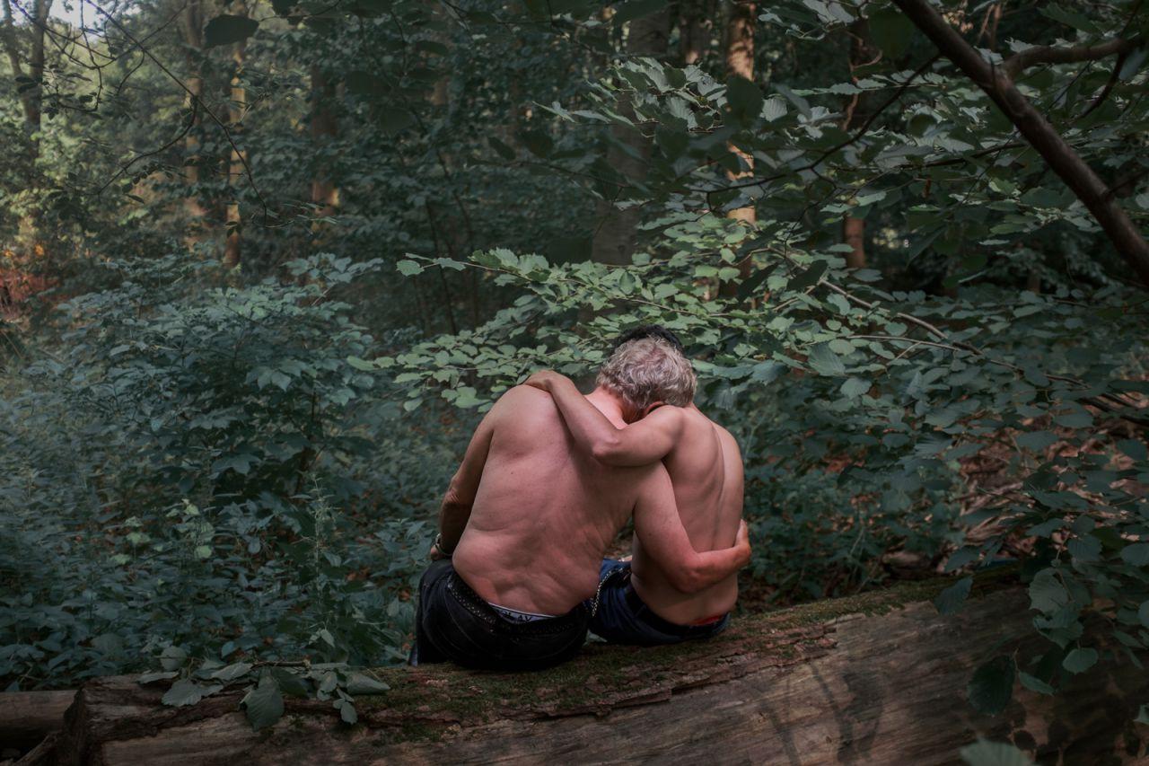 Jochen (71) y Mohamed (21; no es su nombre real) se sientan en el Tiergarten, Berlín. Jochen se enamoró después de conocer a Mohamed, una trabajadora sexual en el parque. Han estado saliendo durante 19 meses.