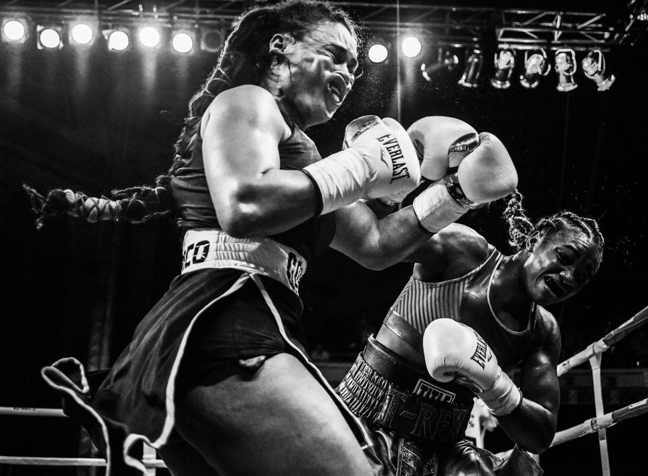La campeona olímpica Claressa Shields (derecha) se encuentra con Hanna Gabriels en un combate de boxeo en el Templo Masónico en Detroit, Michigan, EE. UU., El 22 de junio.