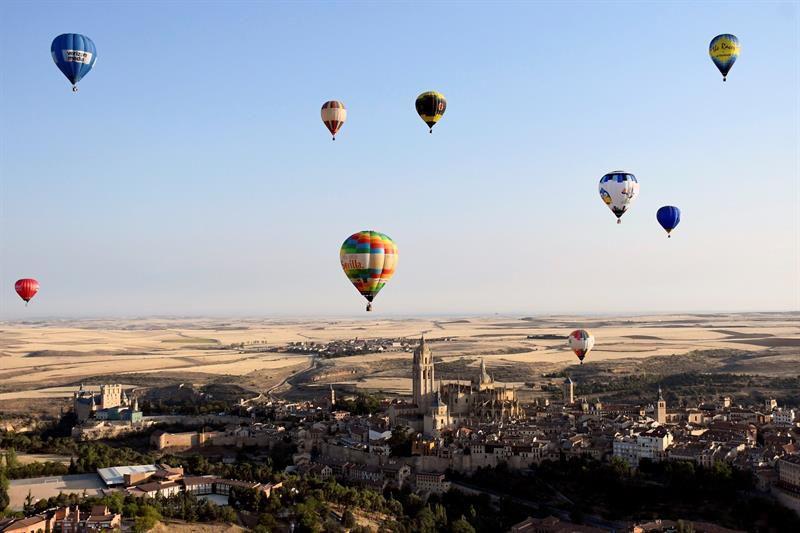 Participantes en el segundo Festival Accesible de Globos, que tiene lugar en Segovia, este fin de semana, con la participación de 20 aerostáticos navegando en el cielo de esta ciudad Patrimonio de la Humanidad.