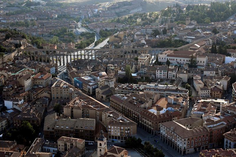 Vista de la ciudad de Segovia desde uno de los 20 aerostáticos participantes en el segundo Festival Accesible de Globos, que tiene lugar este fin de semana en esta ciudad Patrimonio de la Humanidad.