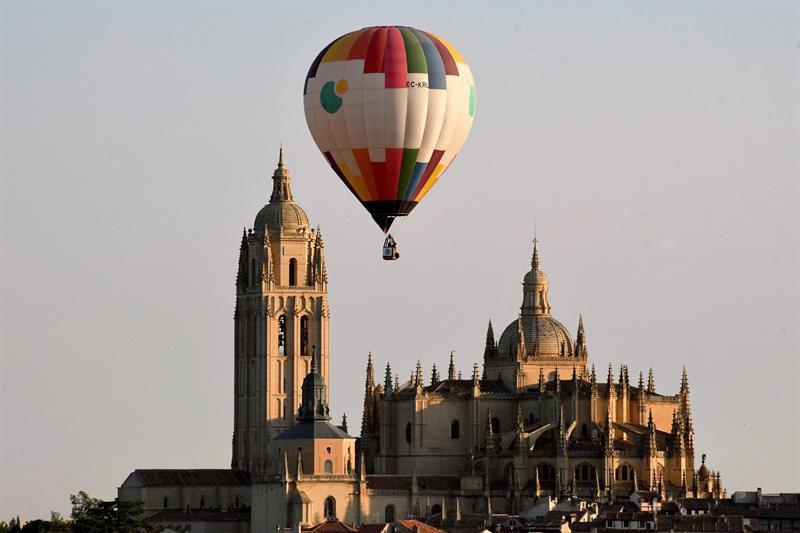 Participantes en el segundo Festival Accesible de Globos, que tiene lugar en Segovia, este fin de semana, con la participación de 20 aerostáticos navegando en el cielo de esta ciudad Patrimonio de la Humanidad. En la imagen, la catedral de la ciudad.
