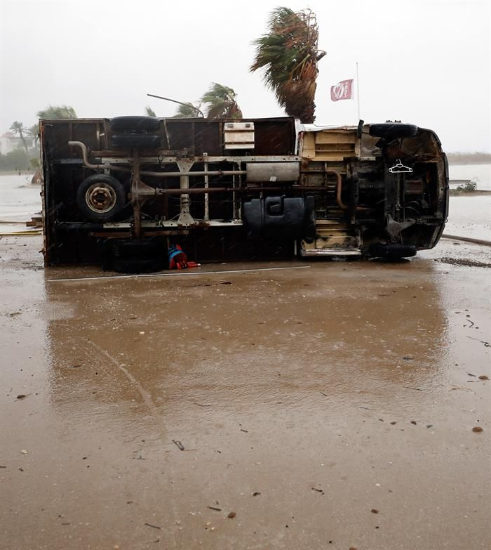 Un camión arrastrado como consecuencia del paso de un tornado esta noche en la playa de Las Marinas de Denia.