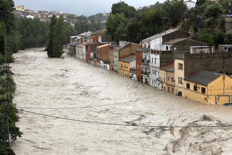 Vista del río Clariano que se ha desbordado este jueves a su paso por Ontinyent.