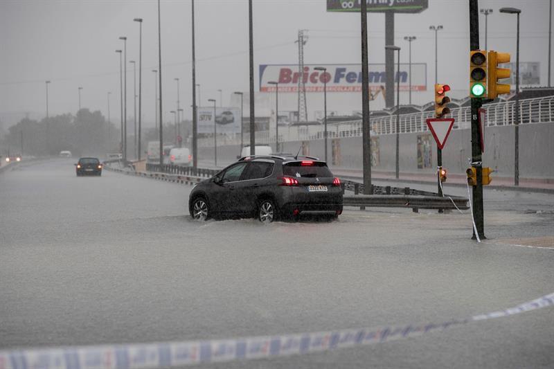 Dos coches atrapados en la N-301 a su paso por Molina de Segura (Murcia).
