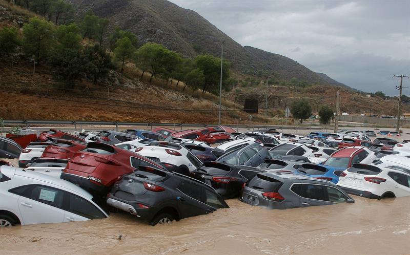 Cientos de coches inundados tras el paso de la Gota Fría en un depósito de vehiculos en Orihuela (Alicante).