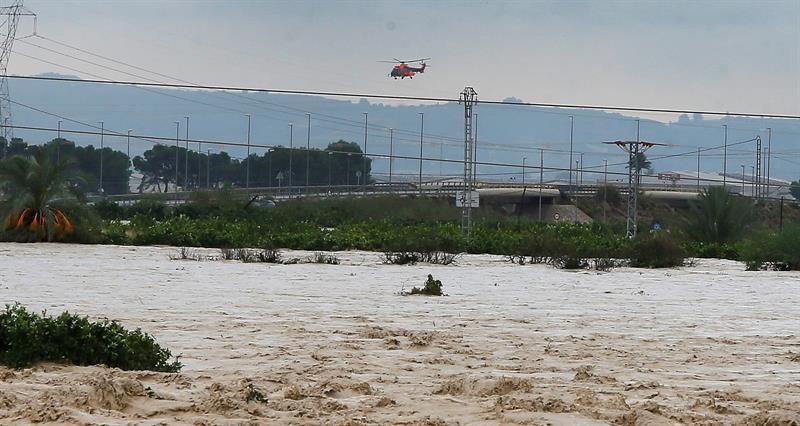 Un helicóptero de rescate sobrevuela la zona inundada de Imagen de Orihuela, cortada por la inundaciones.