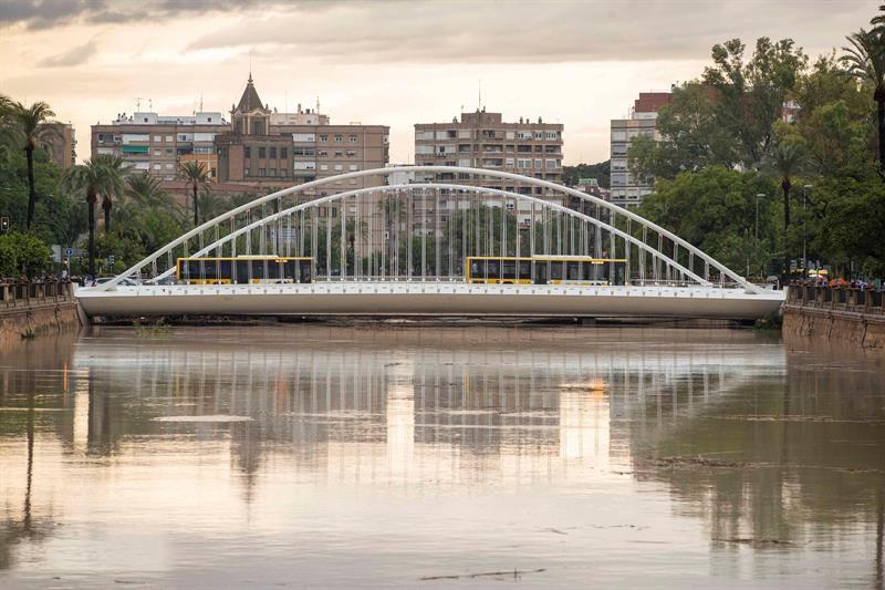 El cauce del rio Segura a su paso por la ciudad de Murcia este viernes.