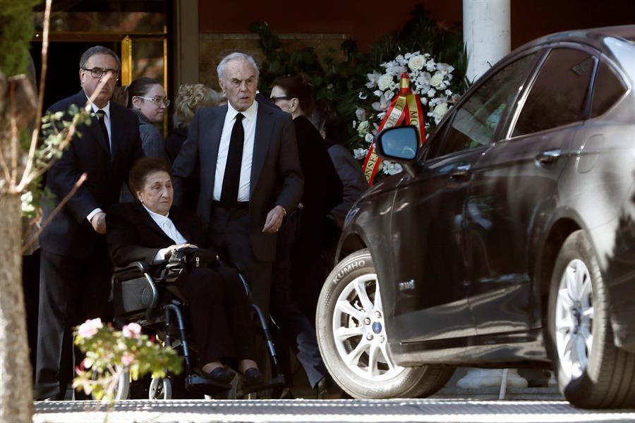 a infanta Margarita y su marido, Carlos Zurita (d), tras visitar este jueves la capilla ardiente de su hermana, la Infanta Pilar
