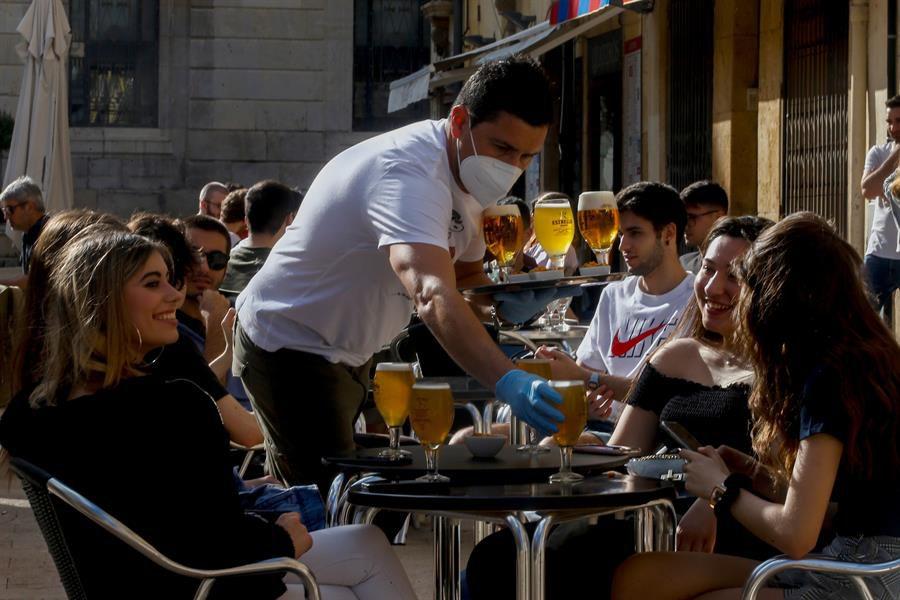 Un camarero sirve a sus clientes en un bar de la plaça de la Font de Tarragona