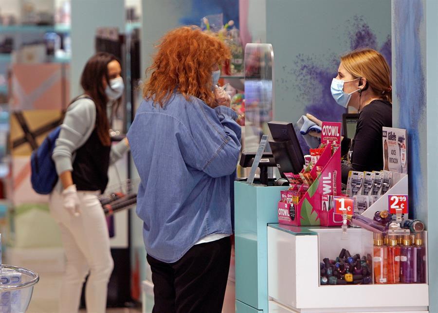 Dos personas realizan una compra en una tienda de la ciudad de Benidorm.