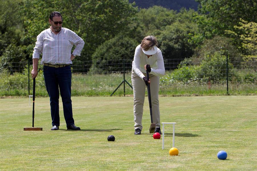 Una pareja juega al croquet en el Club de Campo de Vigo.