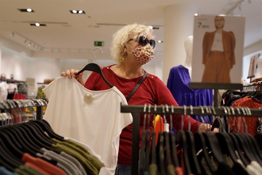 Una mujer con mascarilla en un comercio de Santa Cruz de Tenerife.