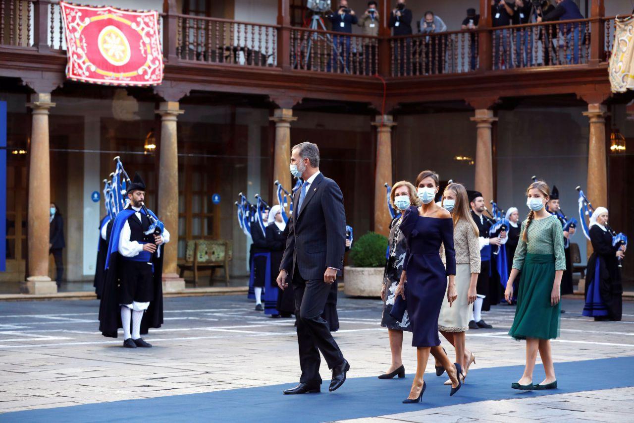 El rey Felipe VI, la reina emérita Sofía, la reina Letizia y las infantas Leonor y Sofía llegan a la ceremonia de entrega de los Premios Princesa de Asturias.