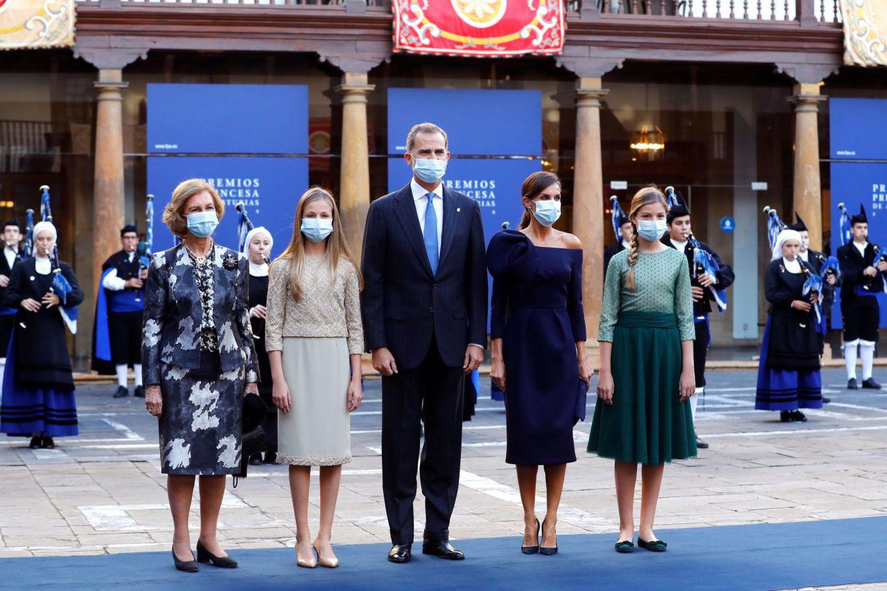Los reyes Felipe VI y Letizia, acompañados de las princesas Leonor (2-i) y Sofía, y de la reina emérita Sofía, posan a su llegada a la ceremonia de entrega de los Premios Princesa de Asturias.