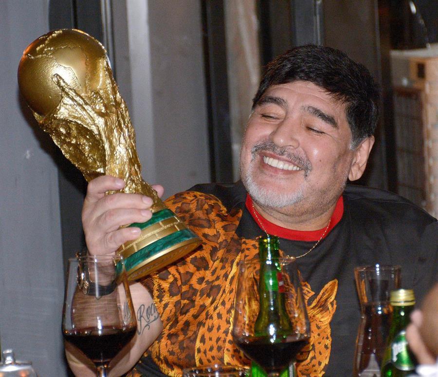 Maradona sostiene una réplica de la Copa del Mundo en su época como técnico de los Dorados de Sinaloa, en 2018.