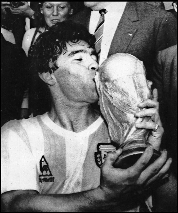 Diego Maradona besando la Copa del Mundo, en México 1986.