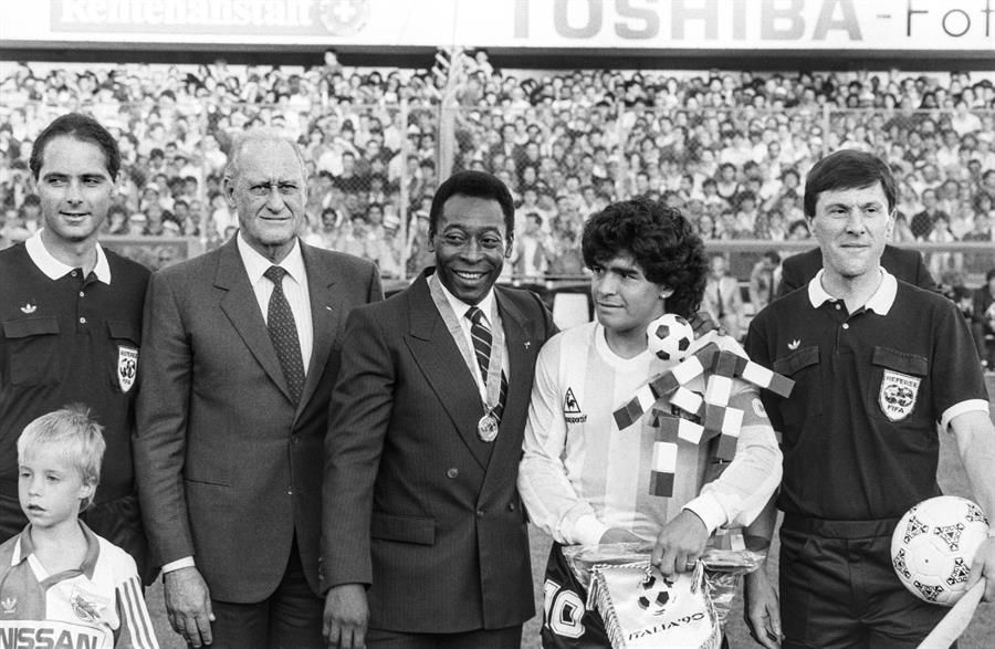 Maradona junto a Pelé y el presidente de la FIFA, Joao Havelange, al inicio de un partido internacional frente a Italia, Zurich, 1987.