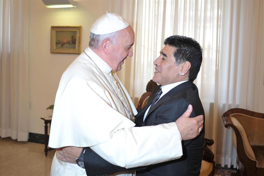 Maradona con el Papa Francisco en 2014.