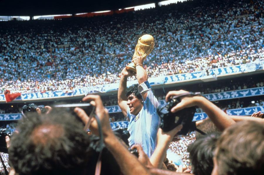 Maradona celebra el Mundial tras derrotar la selección argentina a Alemania en el estadio Azteca el 29 de junio de 1986.