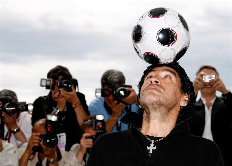 Maradona juega con un balón en el fotocall de la presentación del documental 'Maradona', en Cannes, 2008