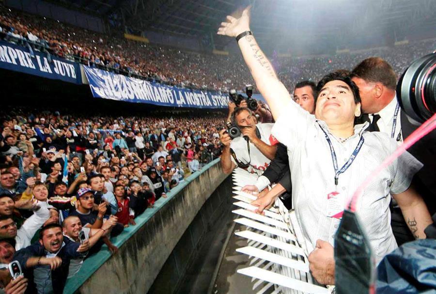 Maradona saluda a los aficionados del Nápoles en 2005.