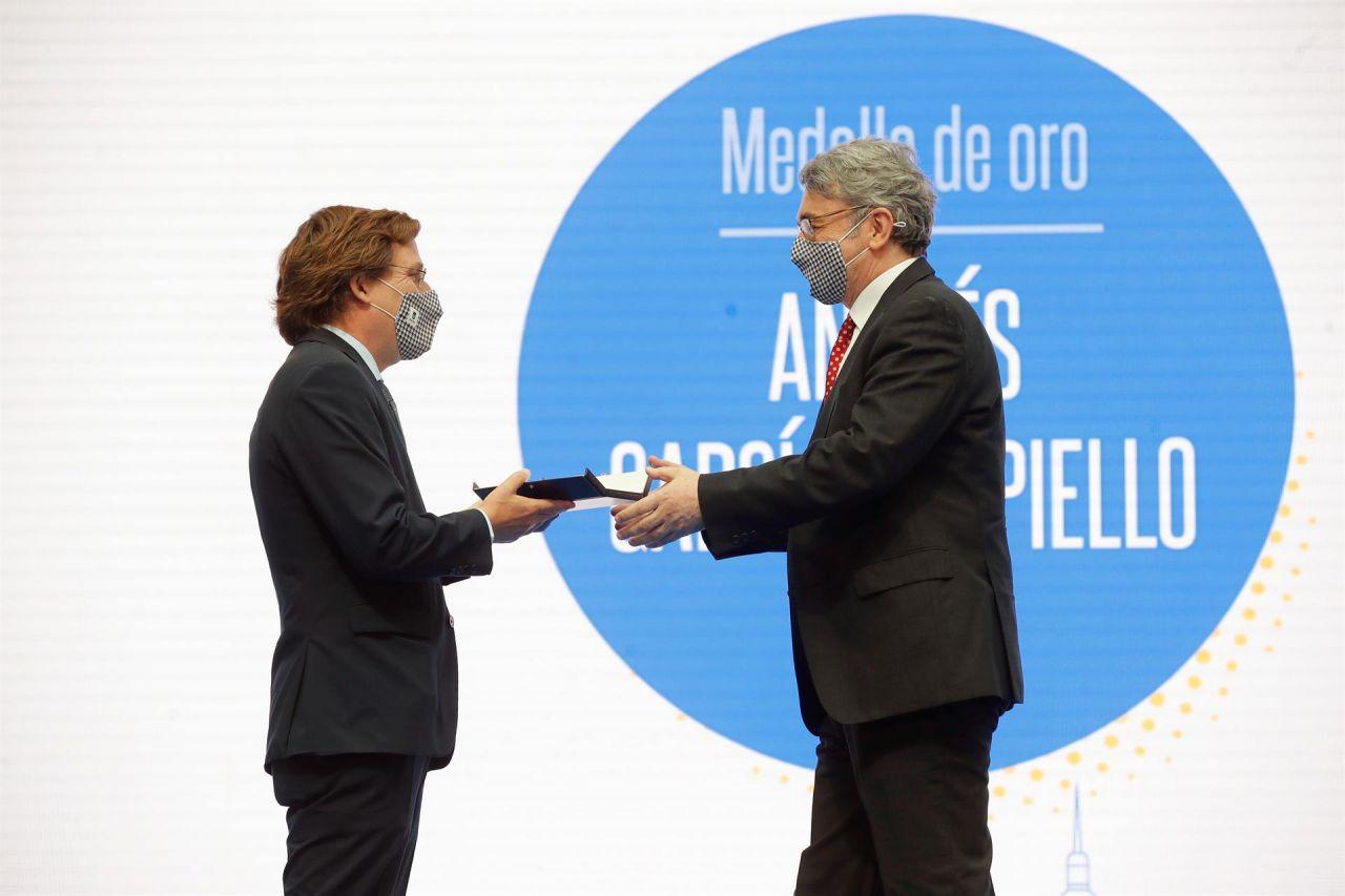El escritor Andrés Trapiello recibe una Medalla de oro de la ciudad de Madrid de manos del alcalde, José Luis Martínez-Almeida.