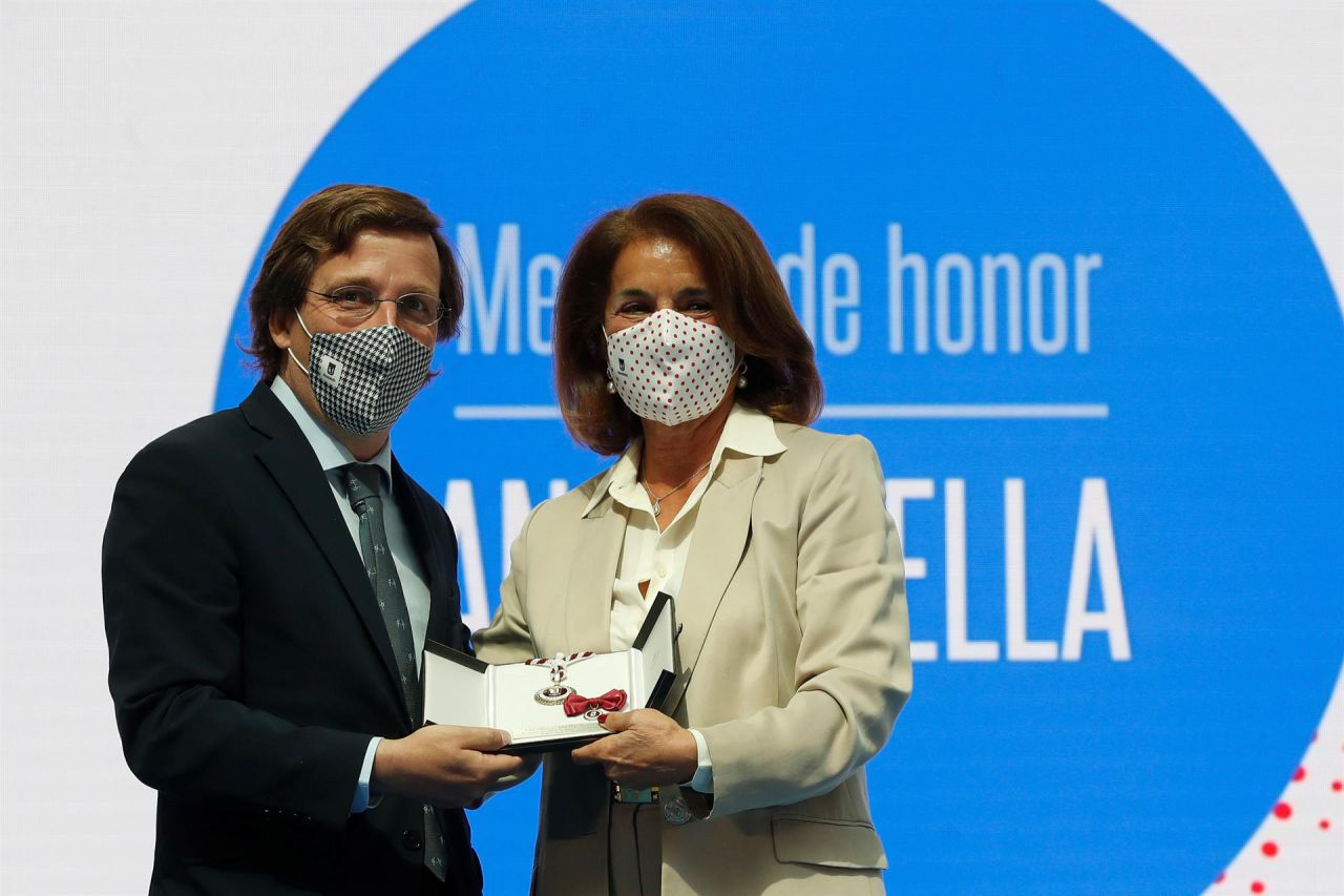 El alcalde de Madrid, José Luis Martínez-Almeida (i), entrega la Medalla de oro de la ciudad a la exalcaldesa Ana Botella.