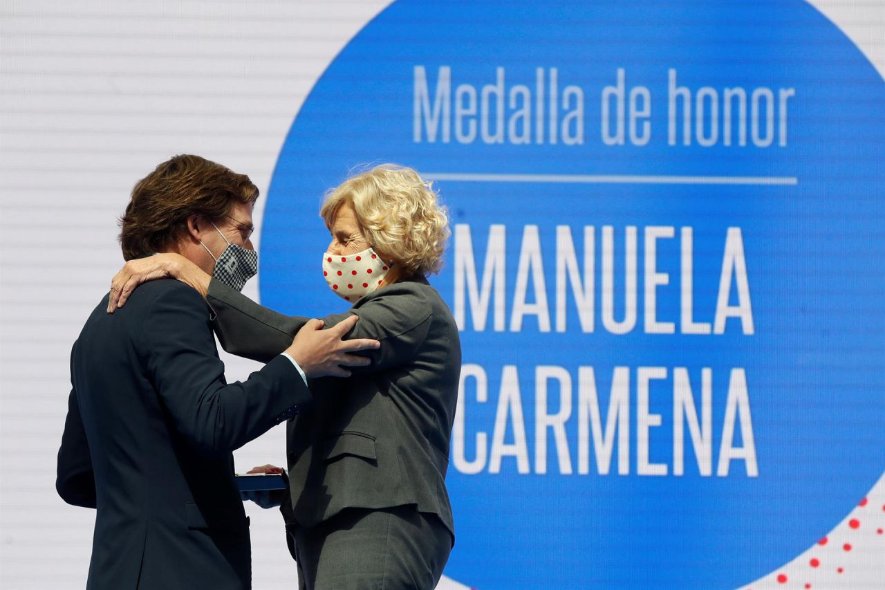 El alcalde de Madrid, José Luis Martínez-Almeida, entrega la Medalla de oro de la ciudad a la exalcaldesa Manuela Carmena con motivo de la festividad de San Isidro.