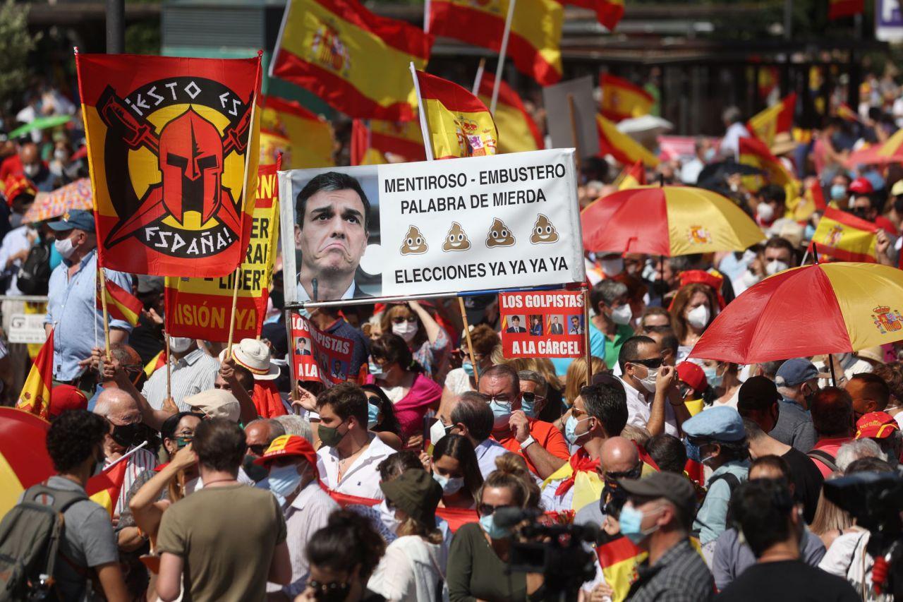 """Manifestantes asisten a la concentración convocada por la plataforma Unión 78, este domingo en la Plaza de Colón de Madrid, para manifestar su oposición a los indultos a los condenados por el """"procés""""."""