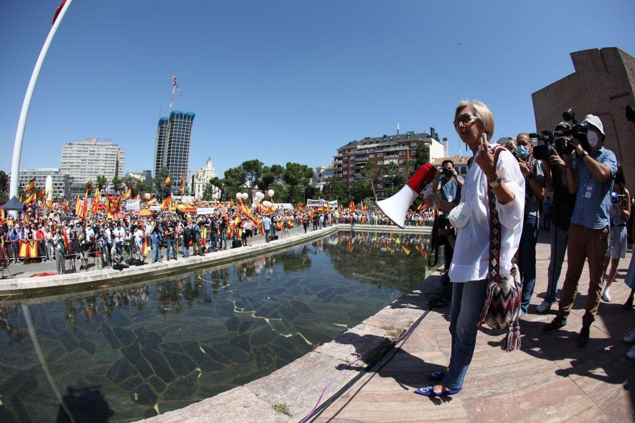 """Rosa Díez (d), durante de la concentración convocada por la plataforma Unión 78, este domingo, en la Plaza de Colón de Madrid, para mostrar su oposición a los indultos a los condenados por el """"procés""""."""