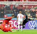 Dinamarca firma una exhibición e Italia sobrevive a su peor partido
