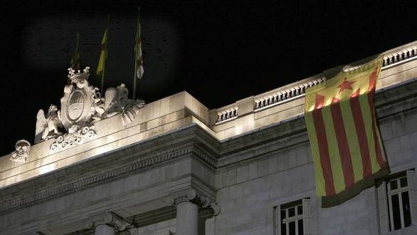Retirada una estelada de la fachada del Ayuntamiento de Barcelona