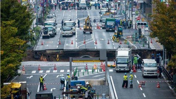 Un espectacular hundimiento provoca el caos en Fukuoka