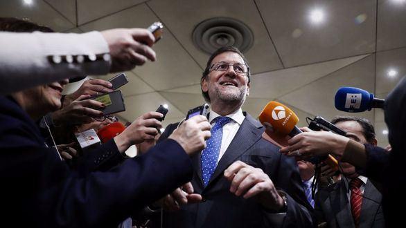 Mariano Rajoy atiende a los medios antes de presidir una reunión con los senadores del PP.