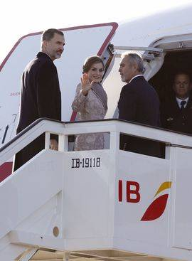 Los Reyes, don Felipe y doña Letizia, suben al avión de la Fuerza Aérea que les trasladará a Oporto donde inician su visita de Estado de tres días a Portugal