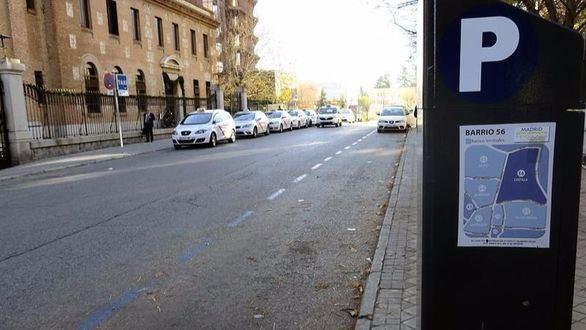 Vista de la zona azul en la avenida de Burgos de Madrid, vacía de vehículos el día que la capital se convirtió en la primera ciudad española que impone la circulación alterna de vehículos en función de sus matrículas.
