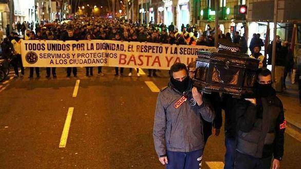 Policías y mossos se echan a la calle en Barcelona contra la CUP