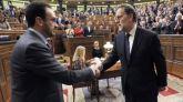 Antonio Hernando y Mariano Rajoy se saludan tras la investidura del presidente del Gobierno.
