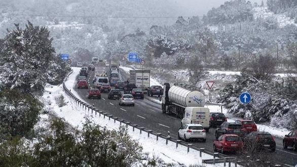 España, congelada: miles de atrapados por la nieve en trenes y carreteras