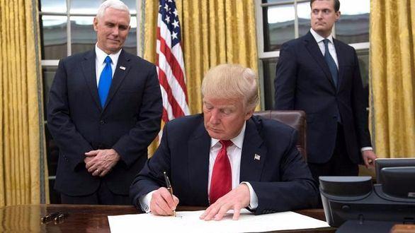 La primera firma de Trump: contra el 'Obamacare'