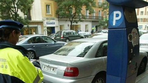 Carmena, dispuesta a cobrar por aparcar por la noche, fines de semana y festivos