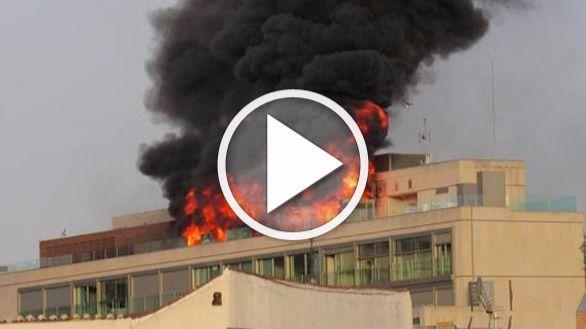 Un espectacular incendio en un edificio corta la Gran Vía de Madrid