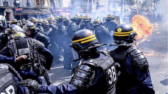 Manifestantes se enfrentan a la policía durante unos disturbios durante una protesta contra el partido de ultraderecha Frente Nacional en París (Francia)