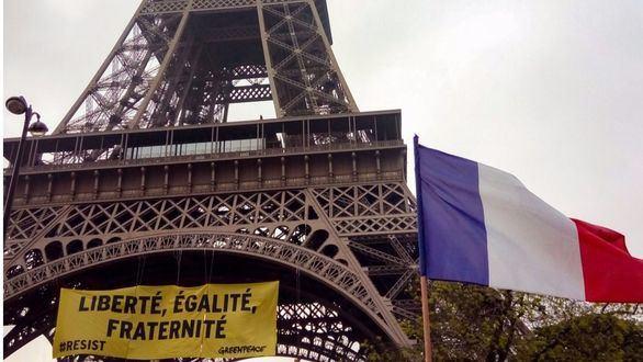 Greenpeace cuelga una pancarta contra Le Pen en la torre Eiffel
